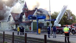 Grankulla järnvägsstation brinner.