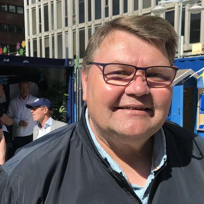 Peter Lundgren framför Sverigedemokraternas valstuga.