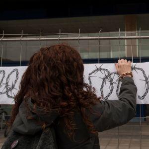 Kvinna vid ett plakat