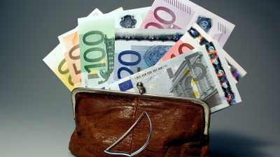 Börs med eurosedlar.