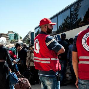 Röda halvmånens personal i Syrien evakuerar byar på landsbygden utanför Damascus 13 Oktober 2016.