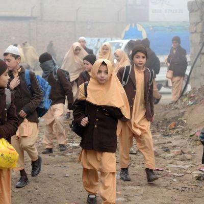 Skolelever i Peshawar återvänder till skolan den 20 december, efter skolmassakern fyra dagar tidigare.