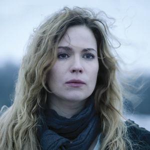 Sofia Karppi (Pihla Viitala) katsoo kaukaisuuteen hiukset tuulesta sekaisin. Kuva on sävytetty siniseksi ja siihen on lisätty teksti: unohda lauseet, jotka alkavat jos.