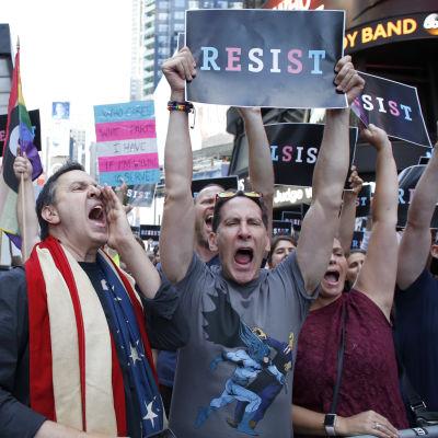 Protester efter att Trump stoppat transpersoners rätt att ta värvning i armén.