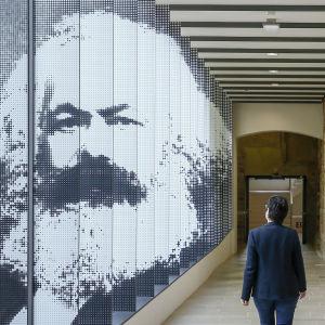 En bild på Karl Marx i utställningen i Trier i Tyskland.