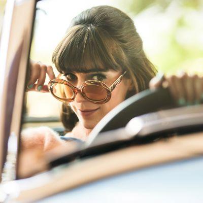 Neiti Fisher nuoremman tutkimukset -sarjan pääroolin näyttelee Geraldine Hakewill.