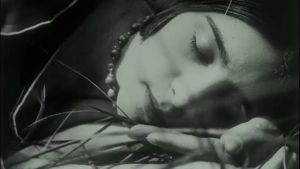 Ihmisiä sunnuntaina. Kuvakaappaus dokumenttielokuvasta Caligarista Hitleriin.