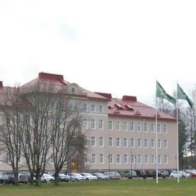 En stor stenbyggnad som är Raseborgs stadshus.