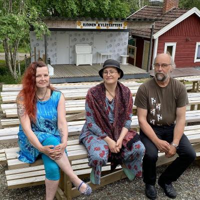 Kuvassa   Teresa Myllymäki, Anni-Veera Aitolehti ja Marko Kivelä Iloisesta Kyläteatterista Kälviältä