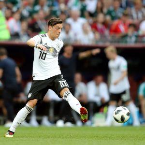 Mesut Özil passar bollen