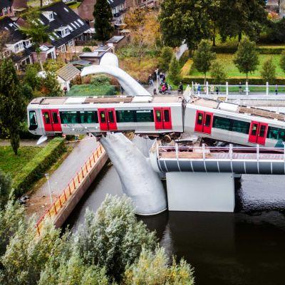 Metron ensimmäinen vaunu roikkuu puoliksi sillan ulkopuolella.