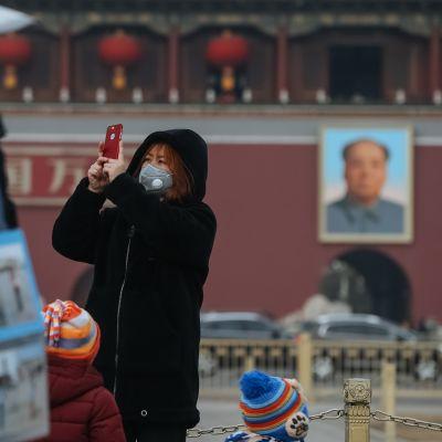 Familj mitt i smogen i Peking.