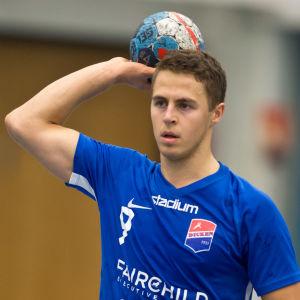 Filip Söderlund håller i bollen
