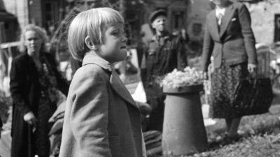 Litet barn ser vad bomberna har förstört i Borgå, Eino Nurmi 1940-tal