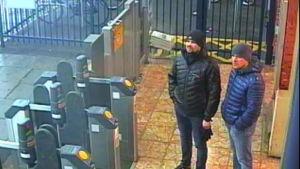 De två misstänkta ryska männen fotograferade av övervakningskameror på järnvägsstationen i Salisbury