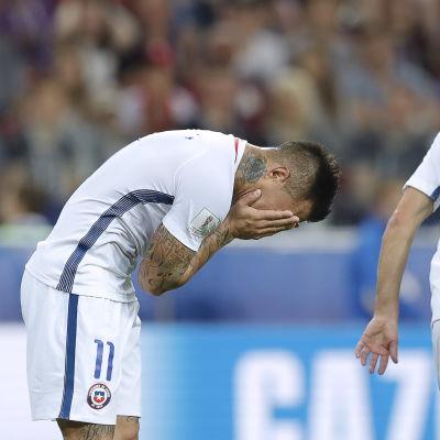 Eduardo Vargas håller sig för ansiktet.