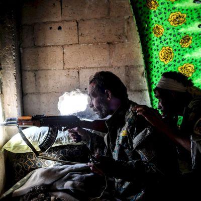 Medlemmar av SDF-milisen håller utkik vid den östra frontlinjen i Raqqa den 5 oktober 2017.