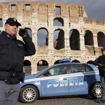 Poliser vaktar utanför Colosseum efter terrorattacken mot Charlie Hebdo i Frankrike.