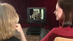 Kaksi naista katsomassa televisiota