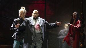 Don Giovanni ampuu komtuurin. Leporello seuraa kauhistuneena tilannetta.