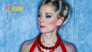 Johanna Juhola poseraa punaisessa esiintymisasussaan.