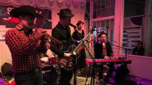 Verneri Pohjola soittaa americanaa vierailevana artistina Tuomo & Markus -bändissä Austinissa.