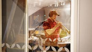 Trumpetisti Verneri Pohjola soittamassa studiossa.