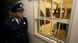 Japanilainen vanginvartija työssään vankilassa Toyaman kaupungissa. Kuva vuodelta 2010.
