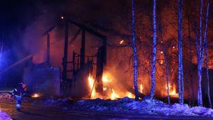Tulipalo riehui yöllä Oulun Martinniemessä.