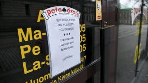 Ravintolamme on suljettu toistaiseksi -ilmoitus karaokebaari Pataässän ovessa Helsingissä 2. huhtikuuta.