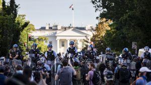Valkoisen talon edustalla osoitettiin maanantaina mieltä poliisiväkivaltaa vastaan.