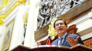 Perus president Martín Vizcarra talar vid en talarstol under en riksrättsprocess i kongressen