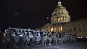 Kansalliskaartin sotilaita kongressitalon edustalla.