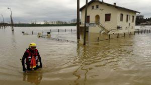 Pelastustyöntekijä tutki tulvivaa naapurustoa Peyrehoradessa Lounais-Ranskassa.