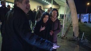 Osman Kavalab vaimo (keskellä) odotti turhaan miehensä pääsyä vapauteen Silivri-vankilan edustalla.