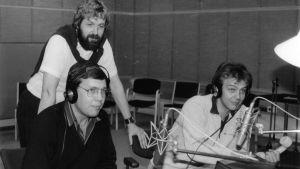 Tre män i en radiostudio.