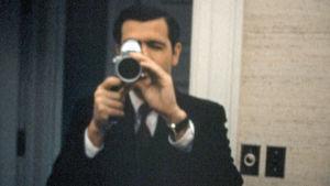 Dwight Chapin kuvaa Valkoisessa talossa historiallisen kuulennon iltana heinäkuussa 1969. Kuva dokumenttielokuvasta Meidän Nixonimme (Our Nixon).