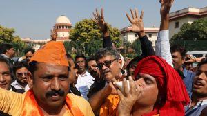 Hindut juhlivat Intian korkeimman oikeuden päätöstä New Delhissä.