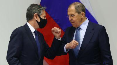 USA:s utrikesminister Antony Blinken och Rysslands utrikesminister Sergej Lavrov möts i maj 2021. Blinken bär munskydd medan han gör en armbågshälsning med Lavrov.