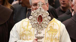 Koristeellisen jalustan sisällä olevan sormen kokoisen puupalasen uskotaan olevan Jeesuksen seimestä.
