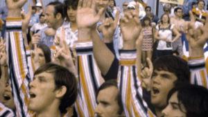 Nixonin vaalitilaisuus 1972. Kuva kaitafilmeistä kootusta dokumenttielokuvasta Meidän Nixonimme (Our Nixon), ohjaus Penny Lane.