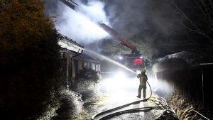 Rivitalo paloi Klaukkalassa Nurmijärvellä uudenvuodenyönä 1. tammikuuta 2020.