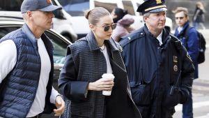 Supermalli Gigi Hadid saapuu saattajien kanssa newyorkilaiseen tuomioistuimeen.