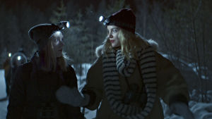 Henna (Suvi-Tuuli Teerinkoski) och Silja (Linda Manelius) ute i skogen om natten.