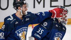 Petteri Lindbohm gratulerar Frans Tuohimaa.