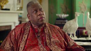 Muotitoimittaja André Leon Talley istuu värikkäissä vaatteissa. Kuva dokumenttielokuvasta.