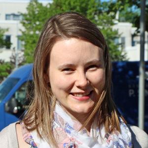 Anna Englund ler mot kameran.