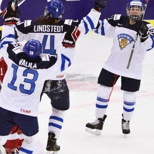 Michelle Karvinen, Rosa Lindstedt och Riikka Välilä firar mål.