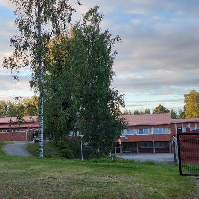 Punatiilinen koulu.