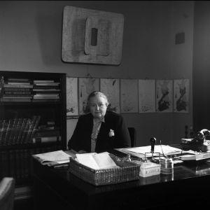 Hella Wuolijoki työpöytänsä äärellä. Mustavalkoinen kuva.